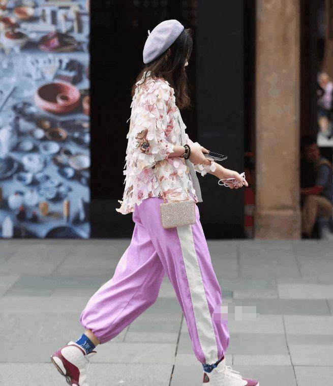 彰显个性时尚的美女街拍:气质很好的美女,衬托精致大美腿