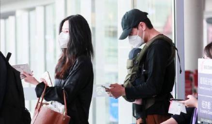 原创 李光洁抱娃现身机场,升级当爸,一家三口首同框,娇妻身材超赞
