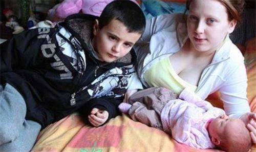 6年前,英国13岁男孩和邻居偷尝禁果,生下一女儿,如今活成这样