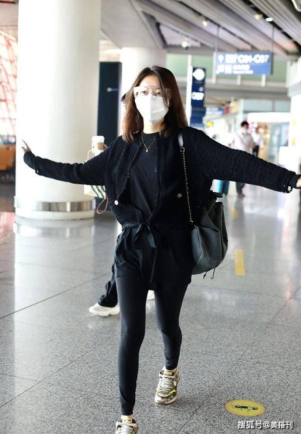 高露私下衣品一言难尽,开衫配黑T恤超短裤,38岁岁数无所遁形