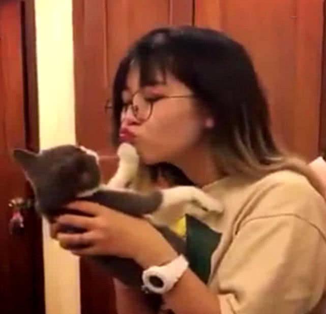 原创 女孩嘟嘴想亲猫咪,都被它再三拒绝,网友:铺开那猫冲我来!