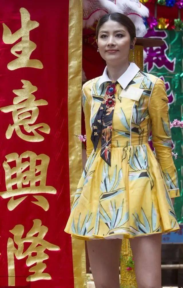 陈慧琳快50岁了还不显老,穿的也很年轻了,粉裙搭高跟鞋是真嫩!