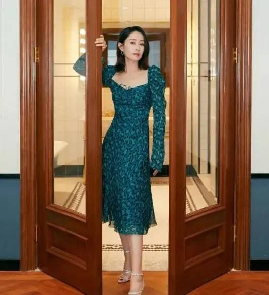 刘敏涛穿搭很大气!一身淡黄镂空裙凸显尊贵,脸色治理再次到位