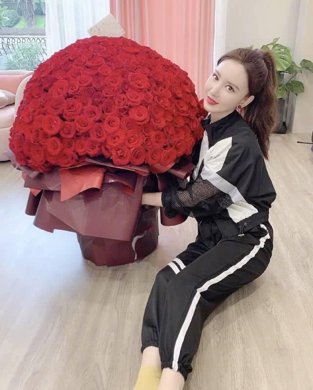 老板娘张萌高调秀恩爱!老公送百朵玫瑰花与祝福,当阔太真是幸福