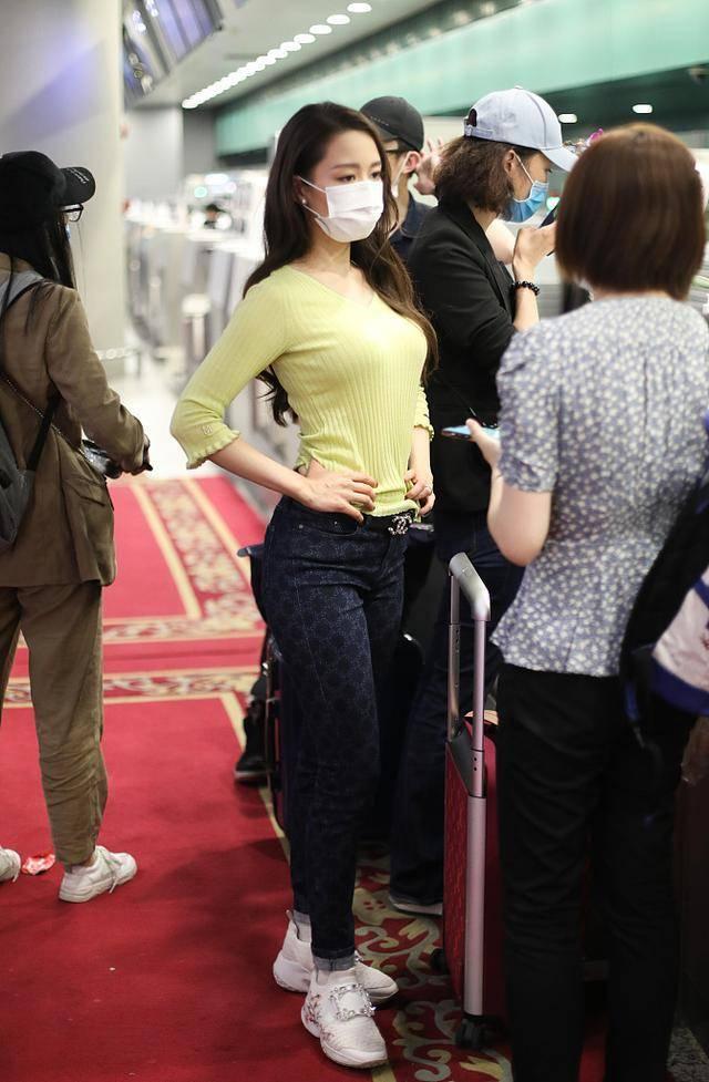 吉娜是有意的吧?大热天穿修身毛衣走机场,换件T恤不好么?