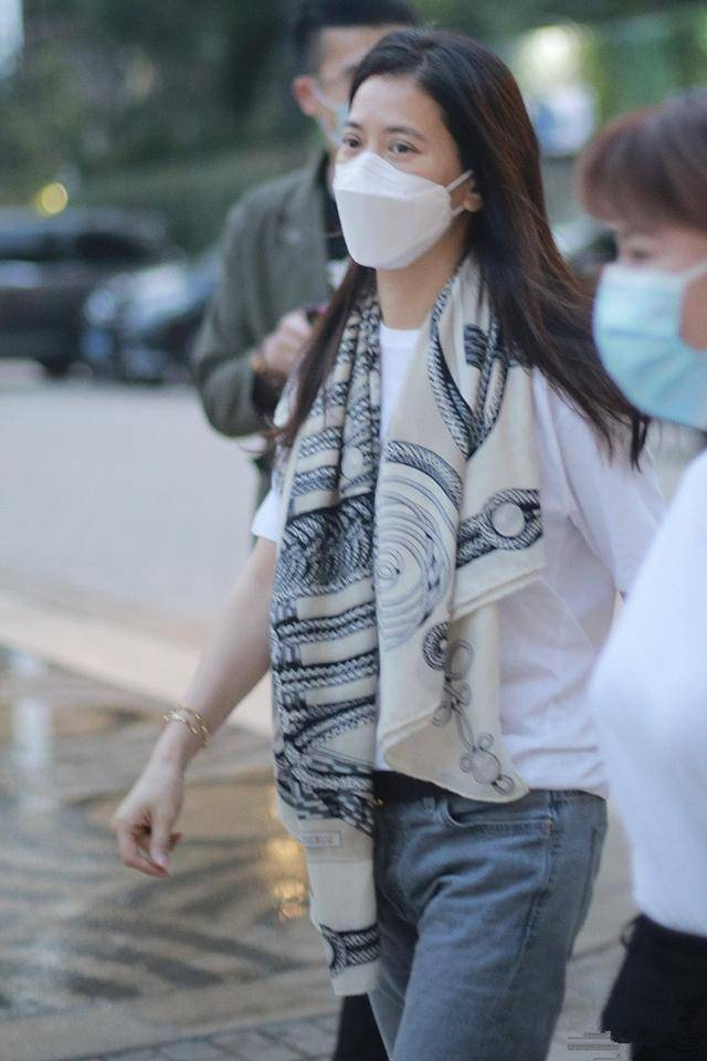 袁咏仪纯素颜差异大,双眼浮肿严重,穿着质朴,气质很路人!
