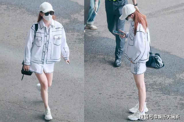 女王■,戚薇又开启秀腿模式,一身帅气白套装潇洒走机场,女王气场太抢镜