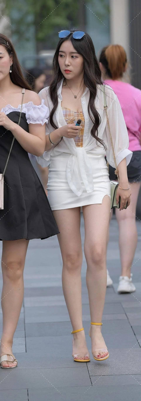 街拍:白色短裙时尚,有气质的小姐姐连脚丫都精致!