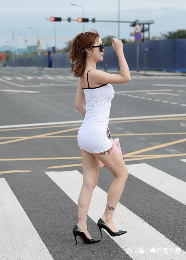 美女街拍:白色吊带裙搭配跟鞋,街头格外耀眼!
