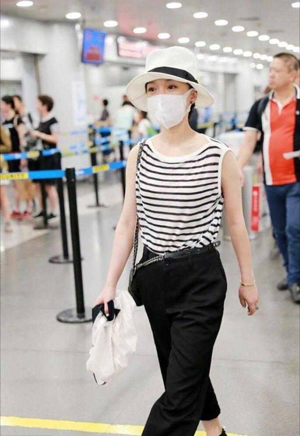 周迅终于时尚一回,穿条纹背心配9分裤走机场,单肩包时髦爆了