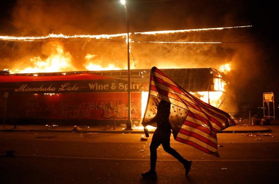 美国明尼阿波利斯的第三区被烧毁,七人被枪杀