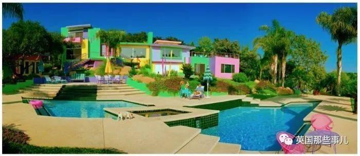 美国艺术家把自家改造成彩虹屋。这色彩,意外的辣眼好看啊