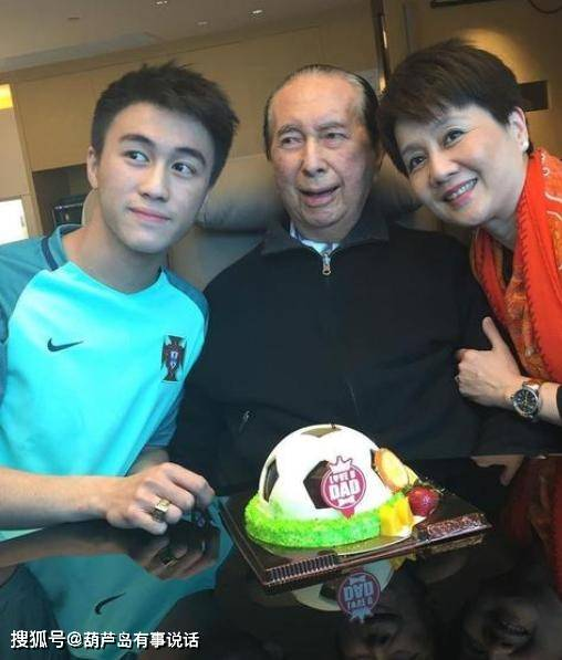 并以一种简单的方式哀悼父亲何鸿燊,何鸿燊和妻子梁安琪的第三个儿子,容貌惊艳网友(图2)