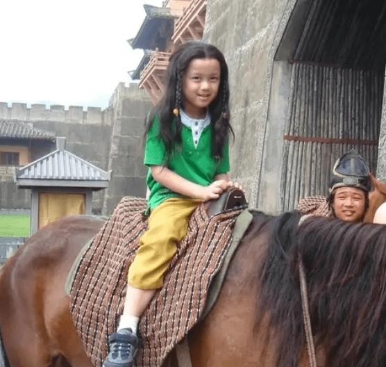 "[cos]原来从小就是翩翩少年!,""三石弟弟""cos童年骑马照"