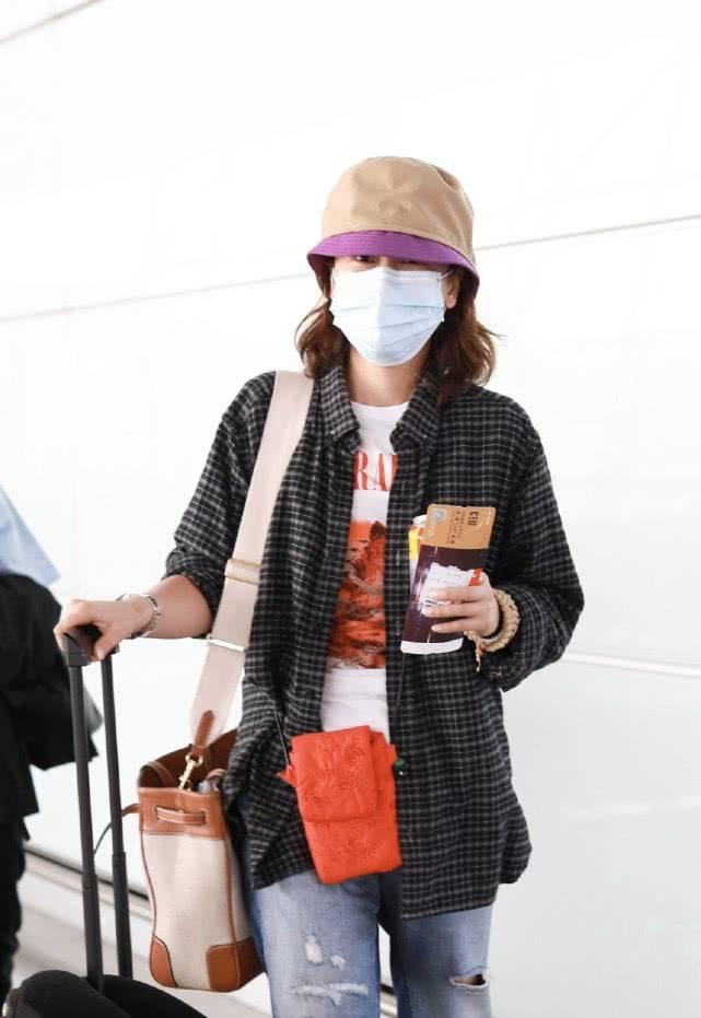 海清低调现身机场,穿牛仔裤格纹衬衫朴素减龄,保养好不像43岁
