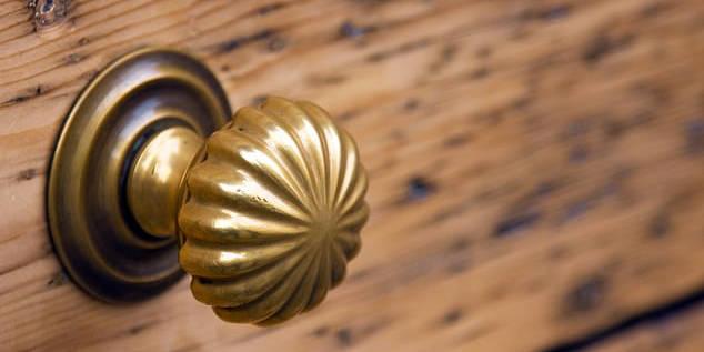 """《每日邮报》:英科学家称给门把手""""涂""""铜可防止新冠病毒传播"""