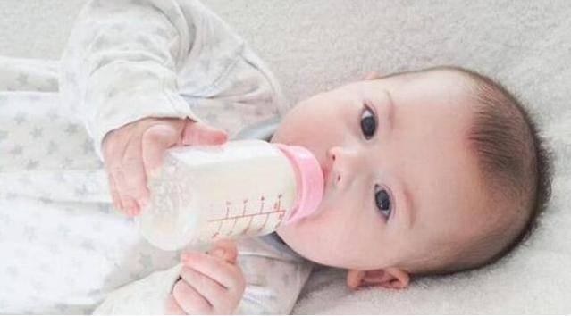 原创1岁宝宝只喝奶奶冲的奶粉,爸爸觉得不对劲,偷尝一口后坐不住了
