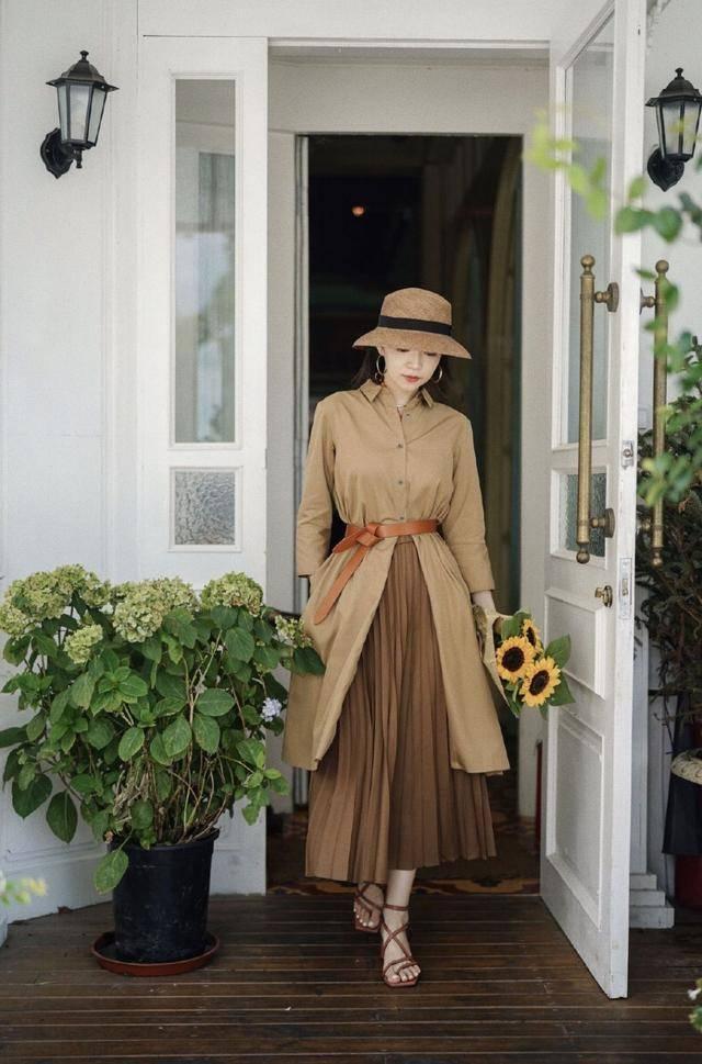 奔四的女人穿裙装尽量少搭小白鞋,学三木博主这样穿,优雅又高级