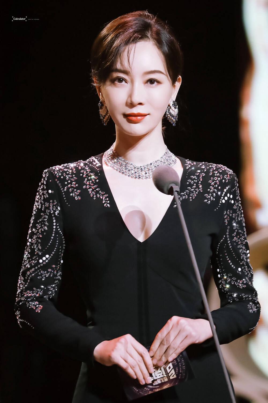 姜还是老的辣,43岁陈数衣品开挂,完美诠释出中年女性的成熟优雅