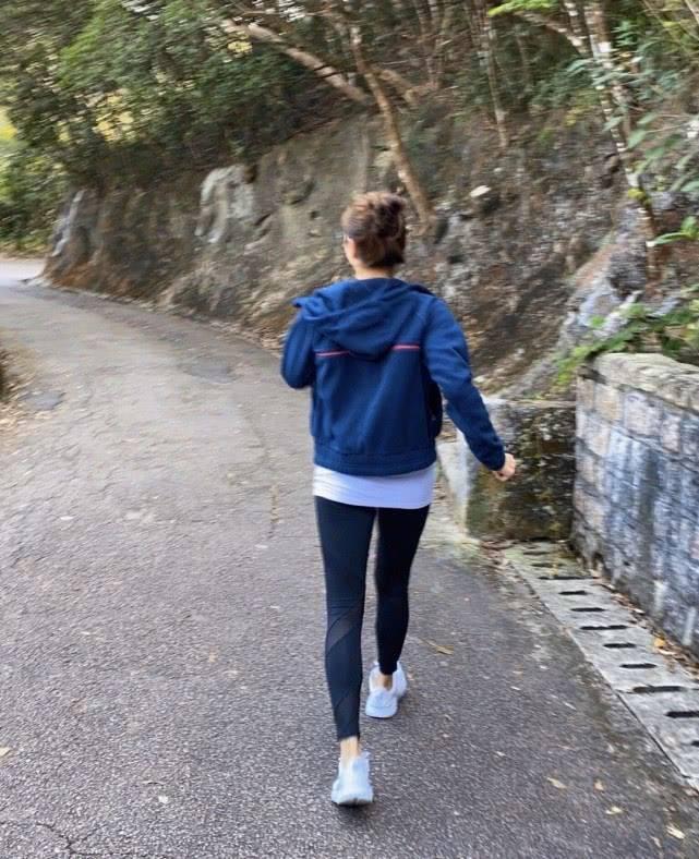 黎姿晒运动背影照片,穿短背心配高腰健身裤,一身肌肉哪像49岁?