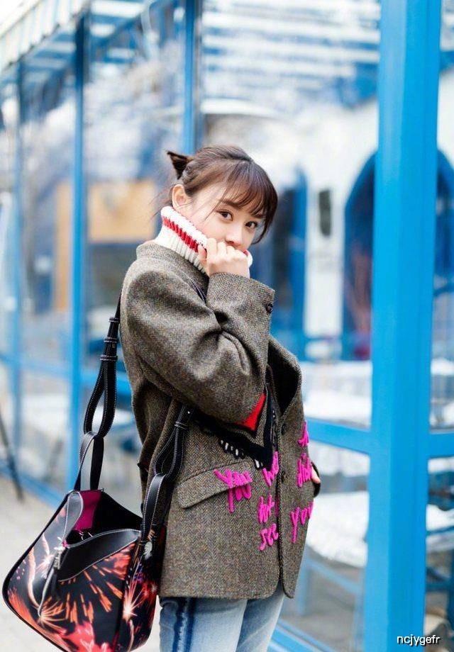 原创30岁袁姗姗街拍,穿彩条高领毛衣美翻了,网友:忍不住多看两眼