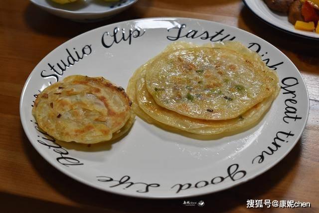 葱油饼这样做太简单了,不用揉面,层层酥脆葱香四溢,当早餐合适