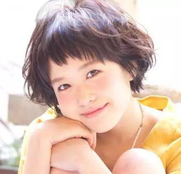 不规则的刘海剪裁搭配小卷度短发让mm变身可爱小萝莉,棕色头发让mm看图片