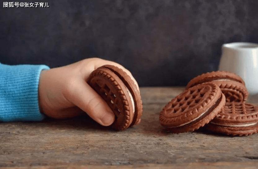 原创2岁女孩下巴湿疹不断,原来是这种零食惹的祸,很多父母都喜欢买