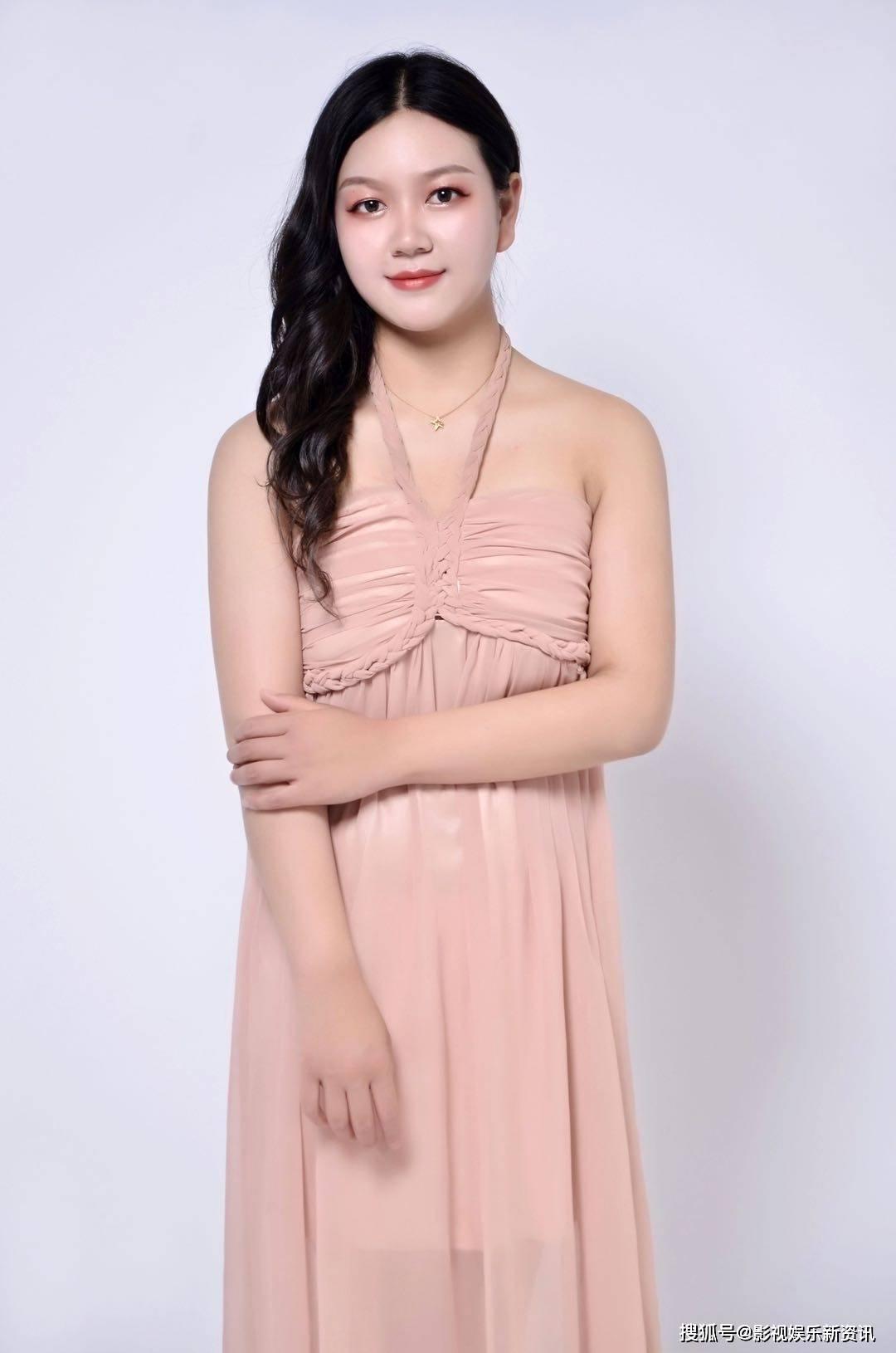 2019年荣获青年模特才艺大赛优秀奖,近年一直给多家服饰公司代言.