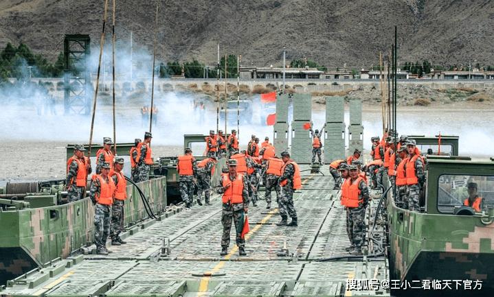 原创             海拔3800米雅鲁藏布江畔,西藏某旅一声令下,40分钟架起180米浮桥