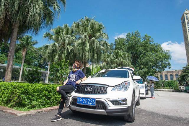 中越边境最大口岸,一脚就能出国,游客众多,繁华似香港
