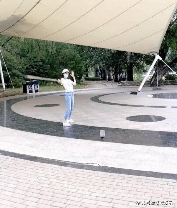 章泽天迷上了健身?在公园里抽陀螺,有体操底子就是不一样 动作教学 第2张