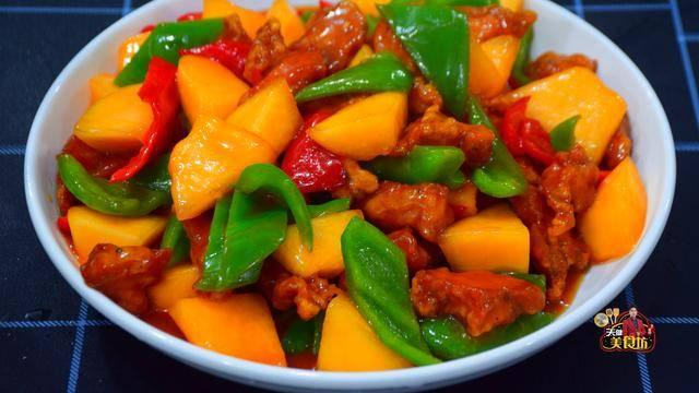 广东人做咕咾肉就是好吃,加上哈密瓜酸甜开胃,难怪老广那么喜欢