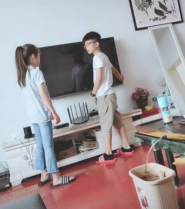 兄妹俩为抢电视看大打出手,爸爸在一旁左右为难,网友:不该揍儿子一顿吗?