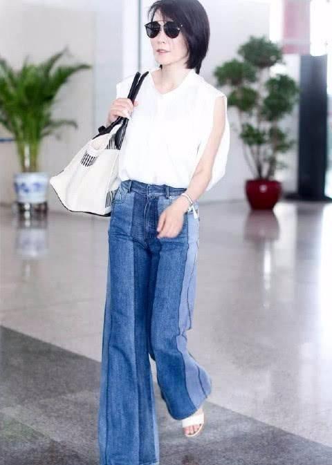 俞飞鸿气质是高级,但也不用穿小白裙装清纯啊,老了就应该优雅!