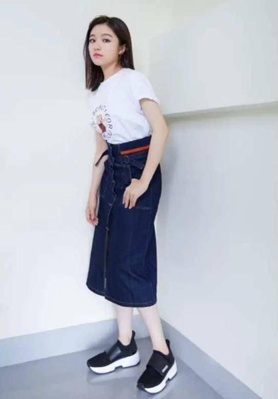 李兰迪穿衬衫搭配玄色褶皱裙,完全美成校园初恋,太清纯了!