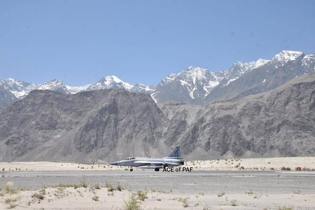 目标米格-29!巴空军枭龙战斗机满挂现身前线空军基地