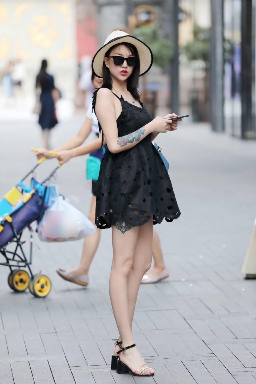 极速飞速直播:街头摄影师:身穿黑色性感连衣裙手臂纹身时尚炫酷