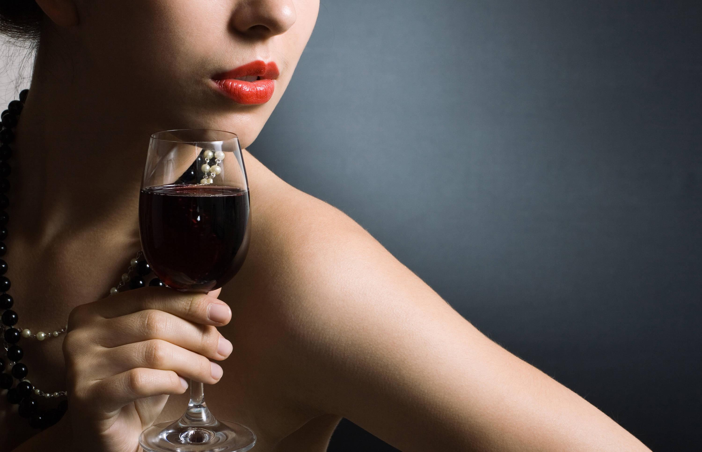 女人喝红酒唯美图片