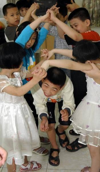 原创孩子身体的残缺着实让人心疼,作为父母,更要用爱去包围他