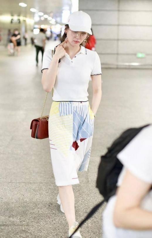 刘诗诗解锁新时尚,穿老爸衫配印花裙又飒又美,气质好就是不一样