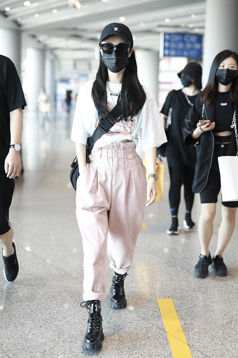 薇娅不愧是时尚女主播,穿粉色工装裤走机场好飒美,少女感十足
