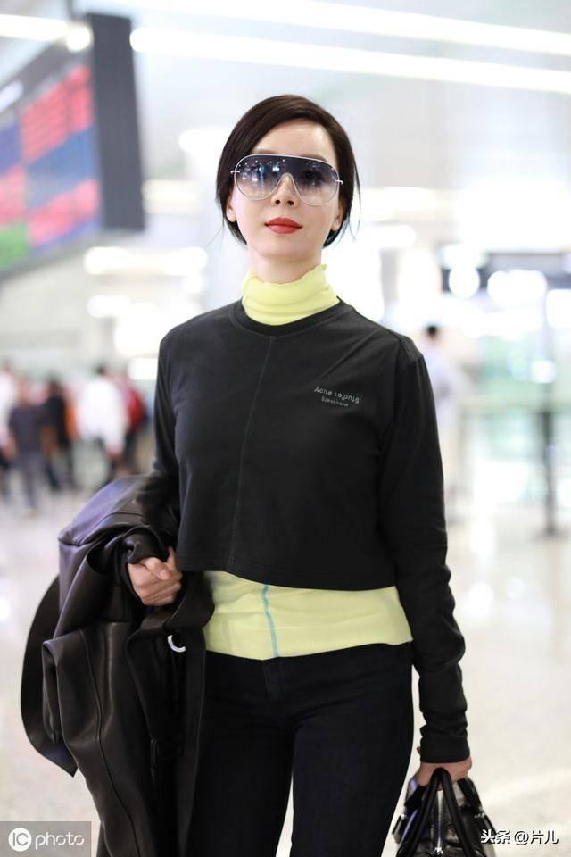 陈数现身机场后,迅速被等候的粉丝认出