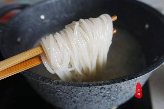 为了让好奇心得到满足,我也煮一碗酸辣爽螺蛳粉,结果一吃上瘾了