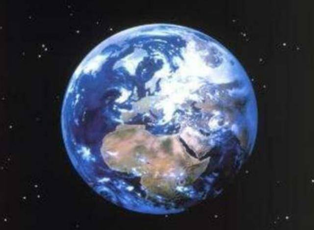 科學家為證明地球在轉動,將石頭吊在空中,擺動后出現神奇現象
