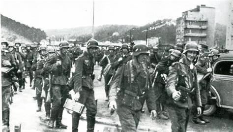 二战第一天,英国人开始做一件事,美国记者看了感动不已