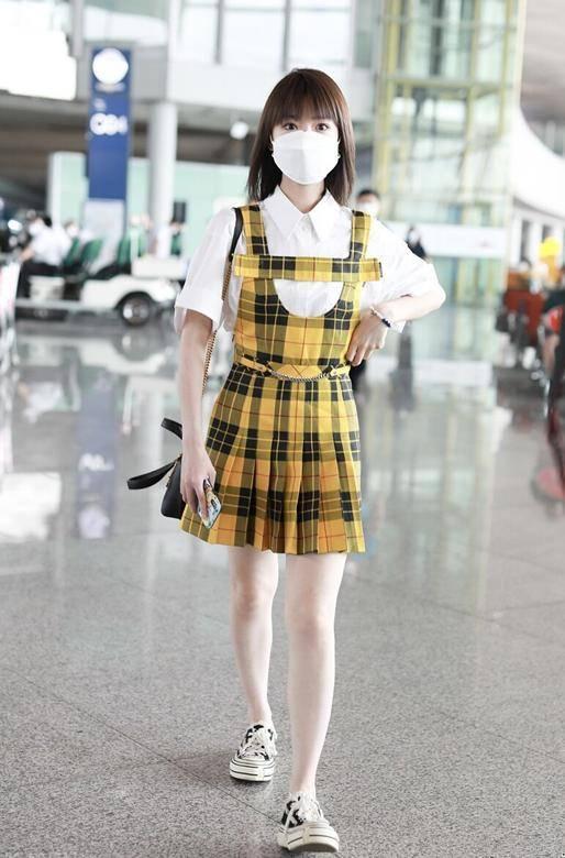 女人过了30岁,建议学学毛晓彤的穿法,时尚减龄显气质,美得清新