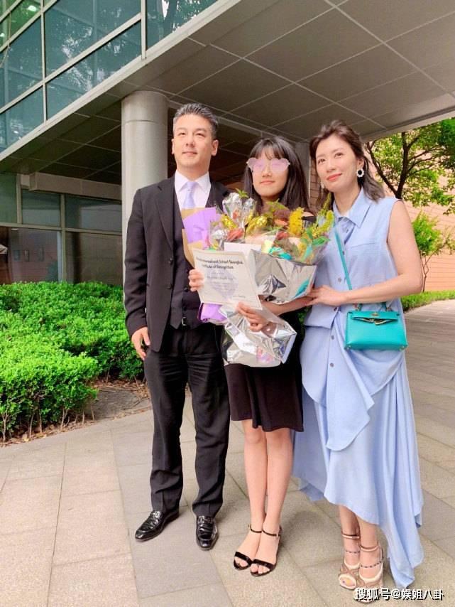 梧桐妹待遇好,到台北第三天,妈妈贾静雯和后父就带她游海底世界