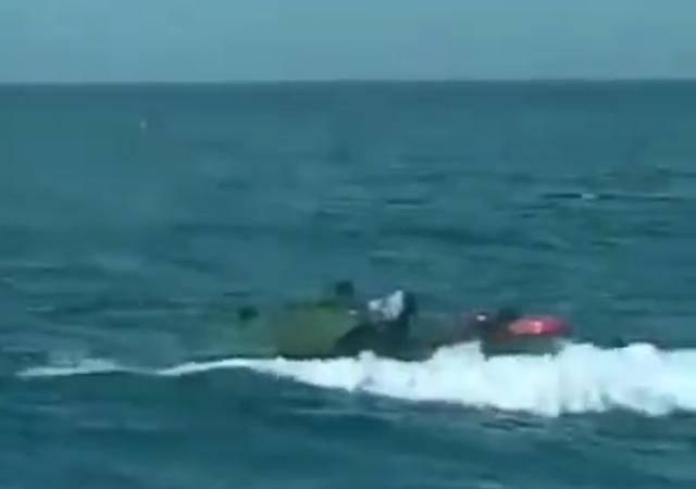 大型翻车现场!美军两栖突击车,海中进水沉没,9名陆战队员淹死
