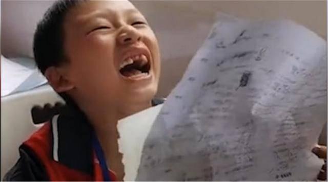 """小学生期末考试99分哈哈大笑,当场笑成""""表情包"""",网友:起飞"""